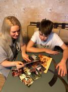 Инна Максимова, выпускница школы 2000 года, делится своми воспоминаниями с сыном, Владом, учащимся 6 класса нашей школы